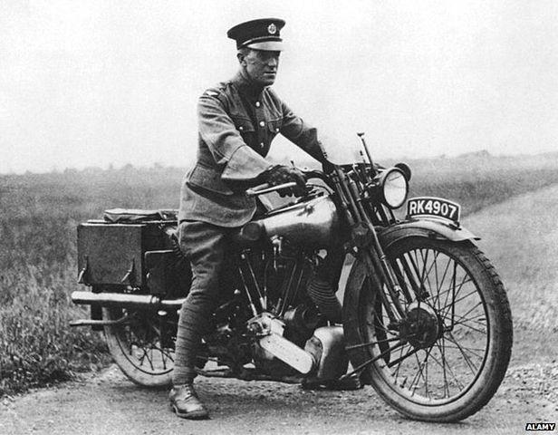 Лоуренс на мотоцикле.