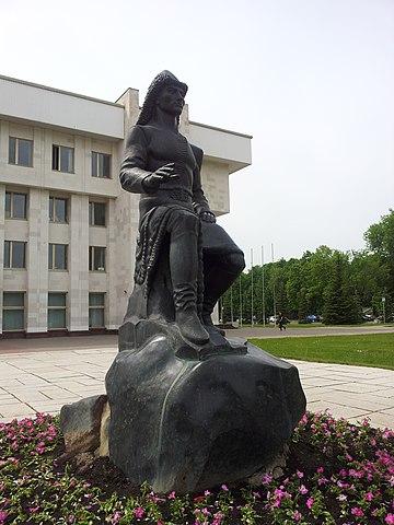 Памятник Салавату Юлаеву у здания парламента РБ (ул. Заки Валиди 40).
