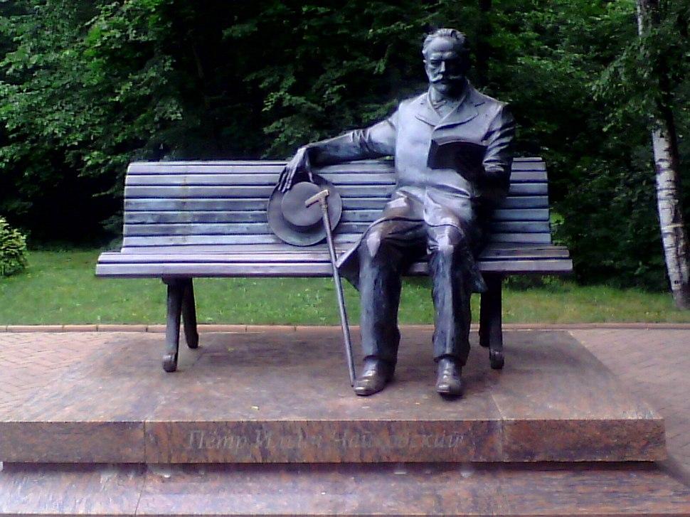 Памятник Чайковскому в сквере
