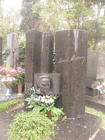 Могила писателя Константина Федина.JPG