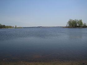 Вид на озеро со стороны Межапарка