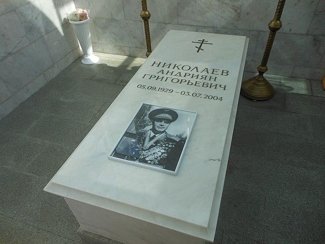 Мраморный саркофаг над могилой космонавта
