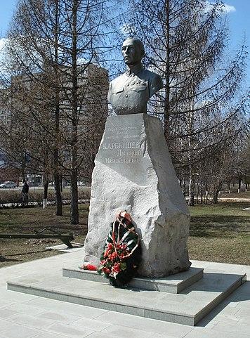 Памятник Карбышеву в Тольятти.