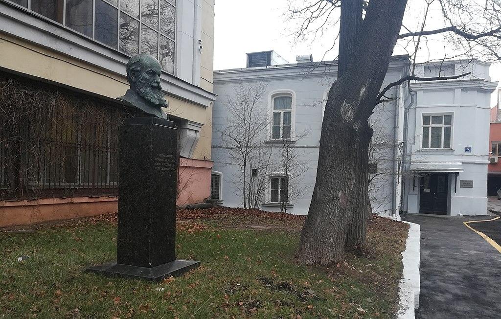 Вид на вход в музей и памятный бюст Н. Е. Жуковского