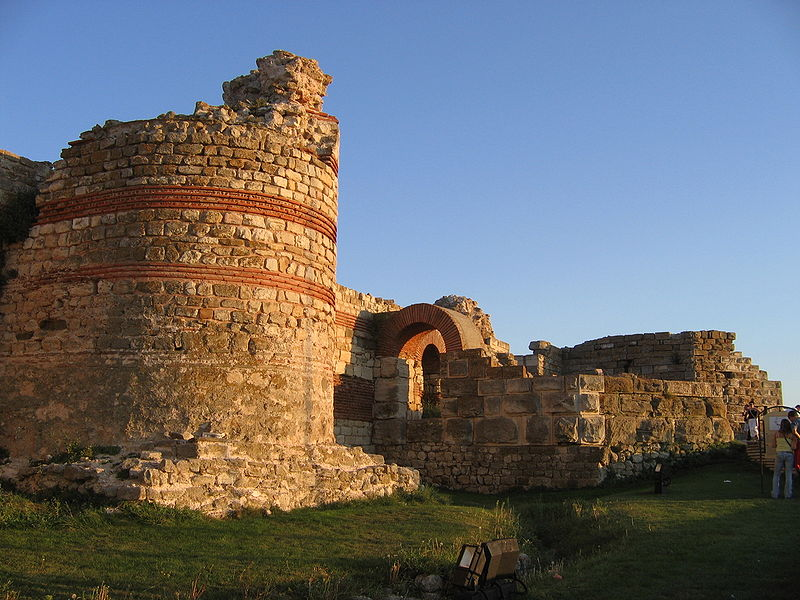 http://upload.wikimedia.org/wikipedia/ru/thumb/6/68/Nesebar_West_Wall.jpg/800px-Nesebar_West_Wall.jpg