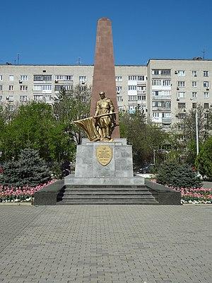 Мемориальный комплекс с арками и колонной Бабушкин Лампадка из габбро-диабаза резная Маркс