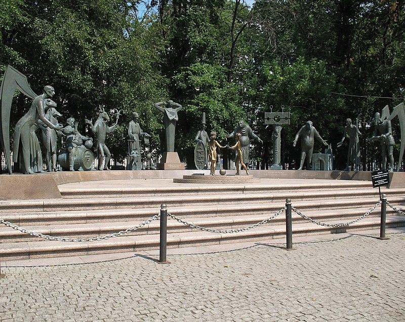 Дети жертвы пороков взрослых скульптурная композиция Москва.JPG