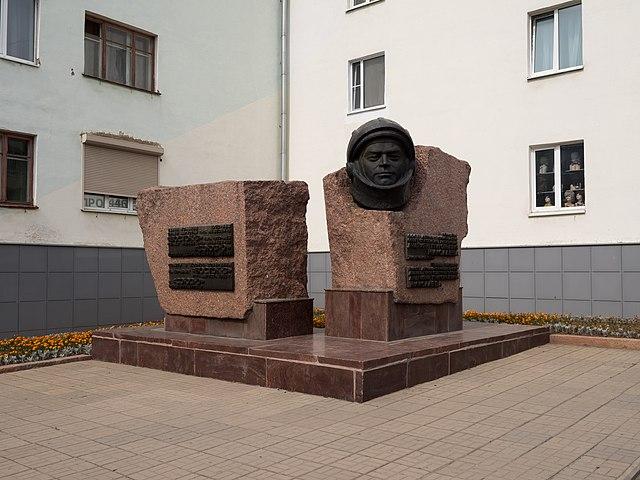 Памятный бюст в честь 25-летия первого полёта в космос А.Г.Николаева в Чебоксарах.
