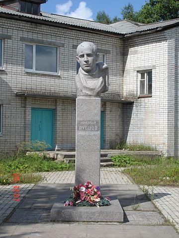 Памятник Н.М.Рубцову в Емецке