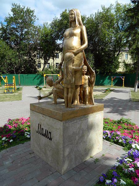 Достопримечательности Тюмени: Памятник маме