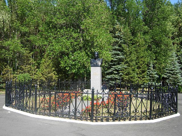 Могила и бюст Мусы Гареева в Парке Победы в Уфе