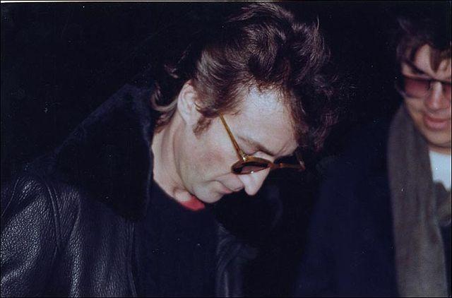 Джон Леннон даёт автограф своему убийце Марку Дэвиду Чепмену, сам Чепмен— человек на фото, стоящий сзади