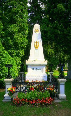 Могила Бетховена на центральном кладбище Вены, Австрия