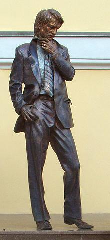 Памятник Андрею Тарковскому у входа во ВГИК