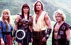 http://upload.wikimedia.org/wikipedia/ru/thumb/8/88/Gabrielle,_Xena,_Hercules_and_Iolaus.jpg/245px-Gabrielle,_Xena,_Hercules_and_Iolaus.jpg
