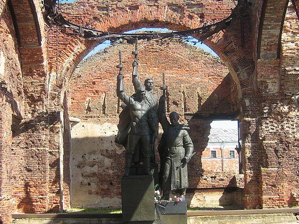 https://upload.wikimedia.org/wikipedia/ru/thumb/8/8e/Pamyatnik_zachitnikam_Oreshka.jpg/600px-Pamyatnik_zachitnikam_Oreshka.jpg