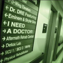 Обложка сингла Dr. Dre при участии Eminem и Skylar Grey «I Need a Doctor» ()