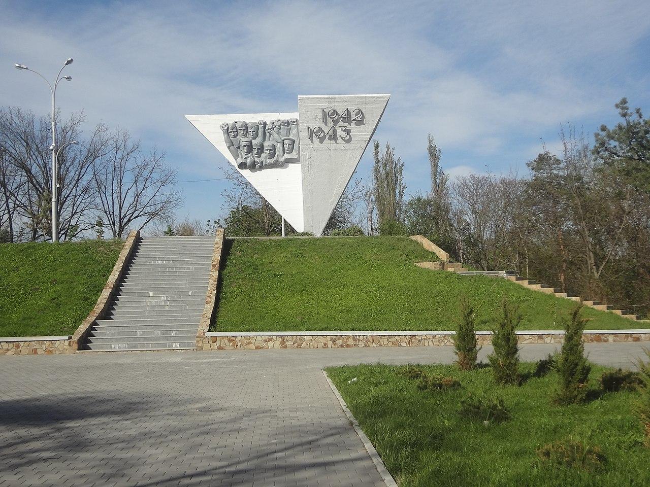 Вертикальные памятники Мирный Лампадка из лезниковского гранита резная Малая Вишера