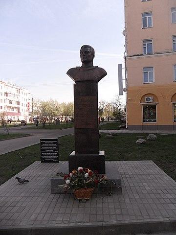 Бюст Андрияна Николаева на улице Николаева в Смоленске