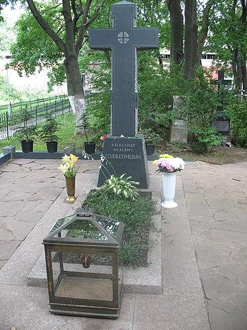 Памятник на могиле Солженицына на Донском кладбище