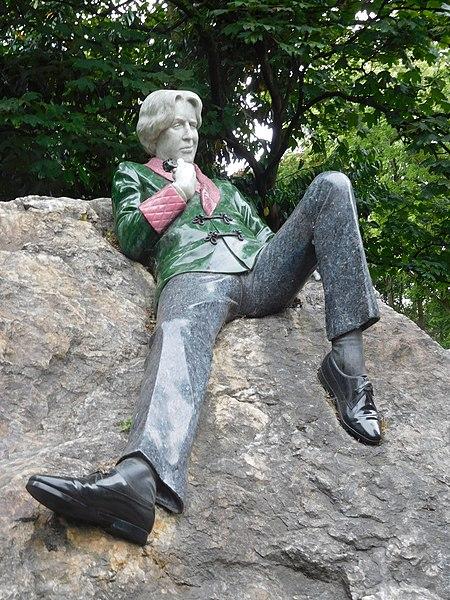 Файл:Памятник Оскару Уайльду с лицом, искажённым усмешкой.jpeg