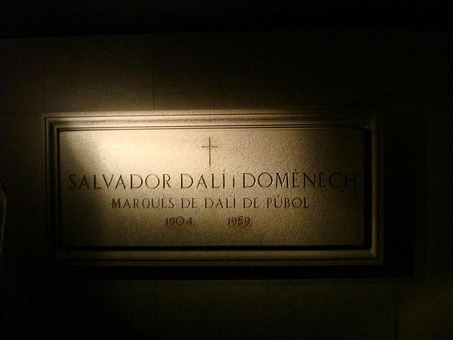 Доска на стене в комнате, где погребен Дали