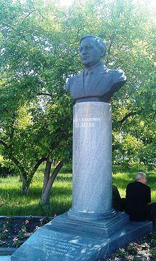 Памятник К.И.Щёлкину вСнежинске