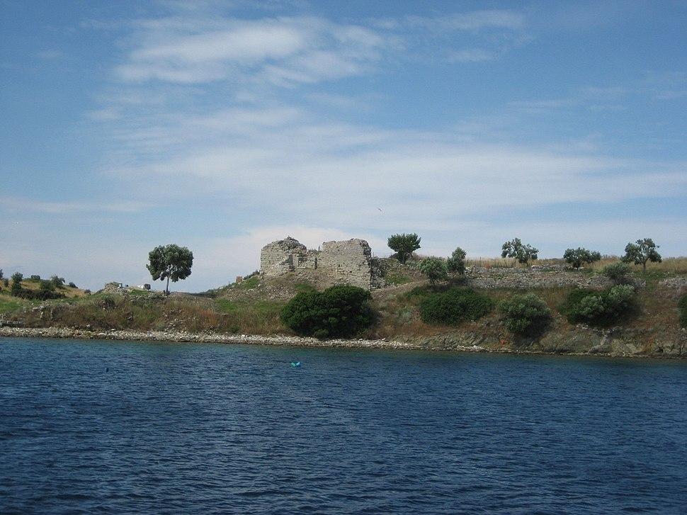 Руины на греческом побережьи Эгейского моря