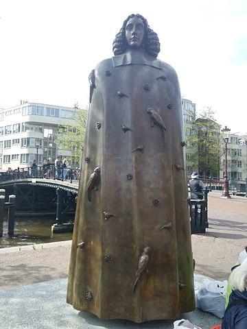 Памятник Б. Спинозе в Амстердаме
