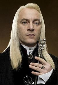 https://upload.wikimedia.org/wikipedia/ru/thumb/a/ad/Lucius_Malfoy.jpg/200px-Lucius_Malfoy.jpg