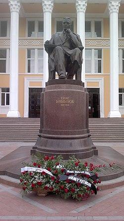 Памятник Узеиру Гаджибекову в Баку в День национальной музыки.jpg
