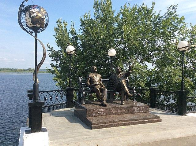 Памятник С.П.Королёву и Ю.А.Гагарину в Энгельсе Саратовской области