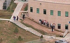 Эвакуация учеников и школьного персонала из здания во время бойни