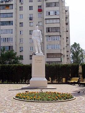 Памятник на улице Горького