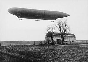 Дирижабль мягкой системы (длина — 118 м) и ангар для дирижаблей на заводе компании «Сименс-Шуккертверке» в районе Бисдорф/Берлин, 1911 г.