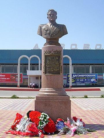 Памятник в Махачкалинском аэропорту
