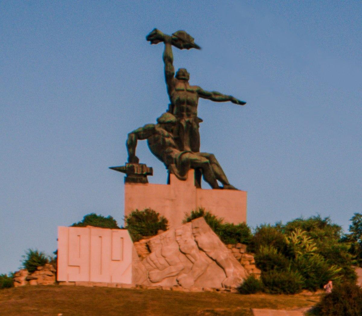 Памятник в ростове на дону возле жд вокзала изготовление памятников саратов тольятти