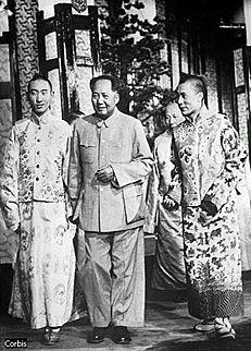 https://upload.wikimedia.org/wikipedia/ru/thumb/d/d9/Dalai_panchen1959.jpg/231px-Dalai_panchen1959.jpg
