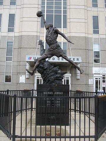 Статуя Майкла Джордана, официально известная как Дух