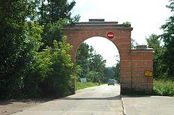 «Небесные» ворота у въезда на Санаторную аллею с Профсоюзной улицы