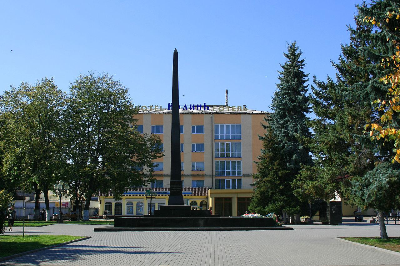 Стела советским воинам, павшим за освобождение города и здание гостиницы «Волынь»