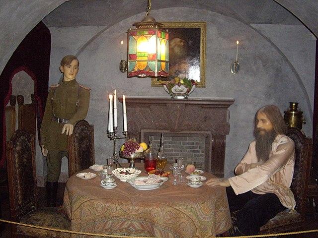 Восковые фигуры Феликса Юсупова и Григория Распутина на месте убийства. Экспозиция во дворце Юсуповых на Мойке