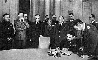 Подписанию мирного договора предшествовало подписание Соглашения о перемирии от 19 сентября 1944 года. На фотографии выше запечатлено подписание Соглашения о перемирии между СССР и Великобританией, с одной стороны, и Финляндией — с другой. Соглашение подписывает А. А. Жданов. 19 сентября 1944 г.