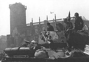 Бойцы Красной Армии вступили в Прагу. Май 1945 года.jpg