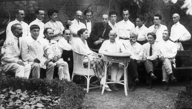 Максим Горький среди грузинских писателей в саду Дворца писателей Грузии. 24 июля 1928 года. Джавахишвили — во втором ряду четвёртый слева