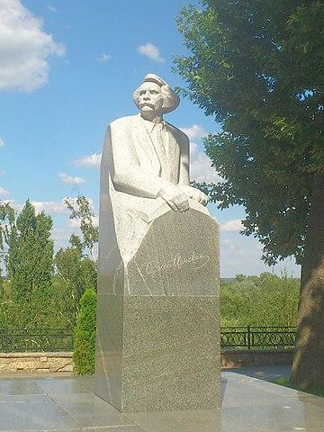 Памятник С.Н.Сергееву-Ценскому в Тамбове напротив гостиницы Тамбов на высоком обрывистом берегу, на фоне живописных цнинских просторов, которые воспел писатель в своём творчестве.