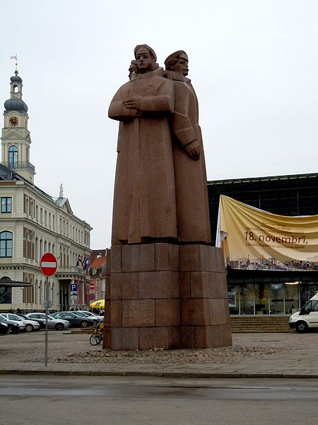 https://upload.wikimedia.org/wikipedia/ru/thumb/f/fe/Monument_to_the_Latvian_Red_Riflemen.09.jpg/450px-Monument_to_the_Latvian_Red_Riflemen.09.jpg