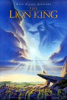 "In an African savannah, several ainimals stare at a lion atap a heich rock. A lion's heid can be seen in the cloods abuin. Atap the image is the text ""Walt Disney Pictures presents The Lion King""."