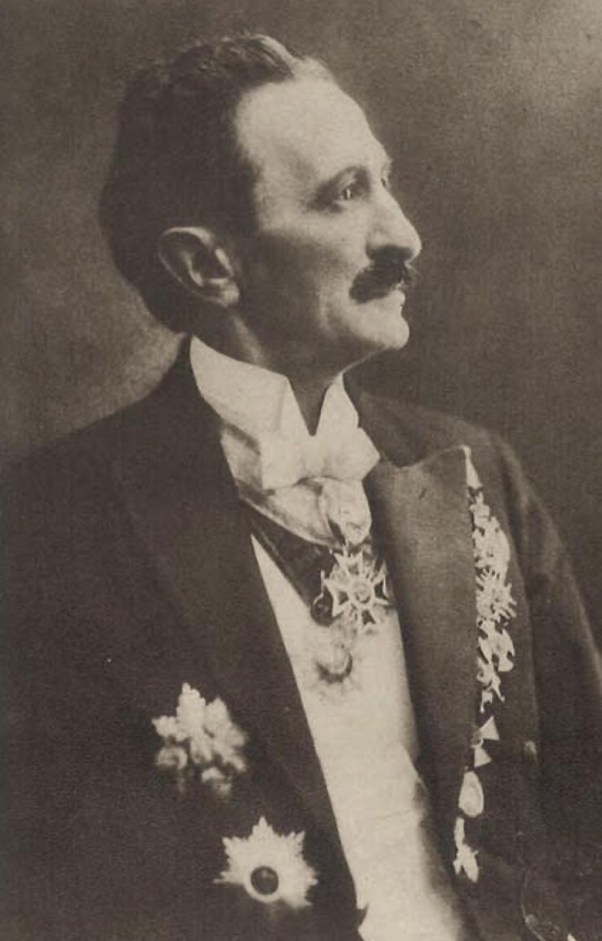 Бранислав Нушић у свечаном оделу са одликовањима.jpg