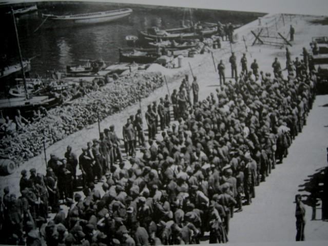 Nijemci zarobljeni na Korčuli 22.-23. travnja 1944. snimljeni u luci Komiža na Visu